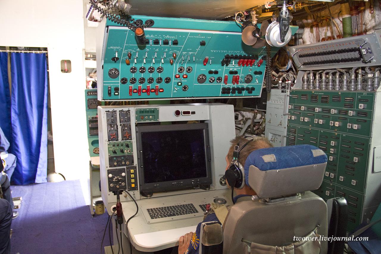 Рабочее место оператора в самолете дальнего радиолокационного обнаружения А-50У
