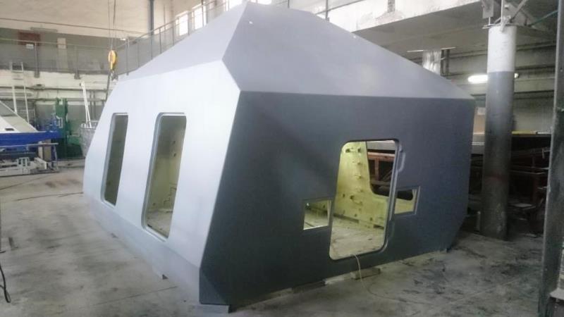 Первая единица корпуса защиты 100-мм корабельной артиллерийской установки А190-01 из пластиковых композитных материалов, изготовленная судостроительной компанией «РосПромРесурс» на предприятии в поселке Гидроторф Нижегородской области. Апрель 2016 года.