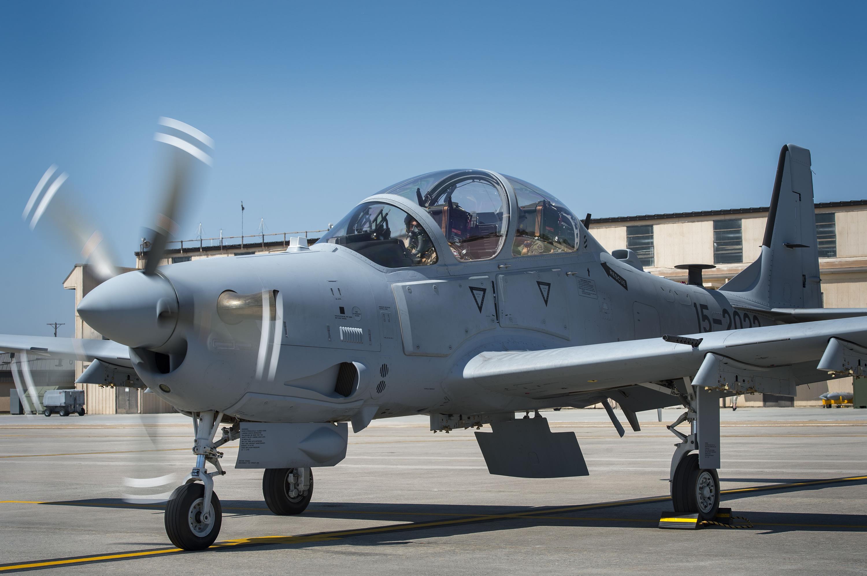 Первый учебный вылет летчика ВВС Ливана в процессе подготовки на турбовинтовой учебно-боевой самолет Embraer A-29 (EMB-314) Super Tucano американской сборки (машина с американским номером ВВС 15-2020). Такие же самолеты предполагается поставить Нигерии. Моди (США), 22.03.2017.