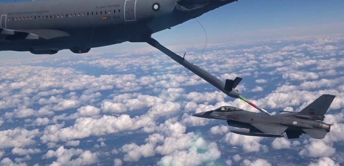 Автоматический контакт дозаправочной стрелы самолета-заправщика A310 MRTT и топливоприемника истребителя F-16.