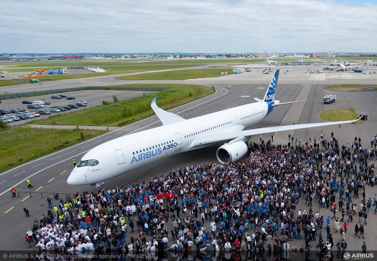 Первый покрашенный дальнемагистральный широкофюзележный самолет семейства A350 XWB с бортовым номером MSN001. Источник: www.airportsinternational.com.