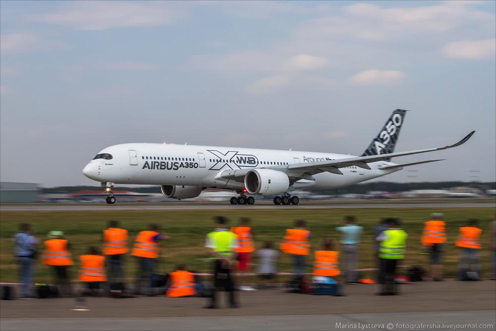 Лайнер Airbus 350XWB совершает посадку в Шереметьево.