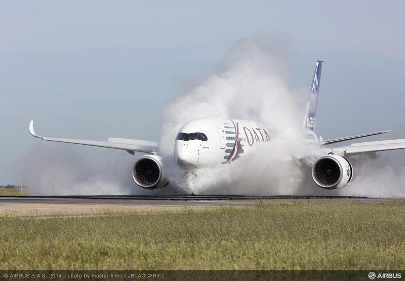"""Лайнер Airbus A350 XWB проходит тесты на """"защиту от воды""""."""