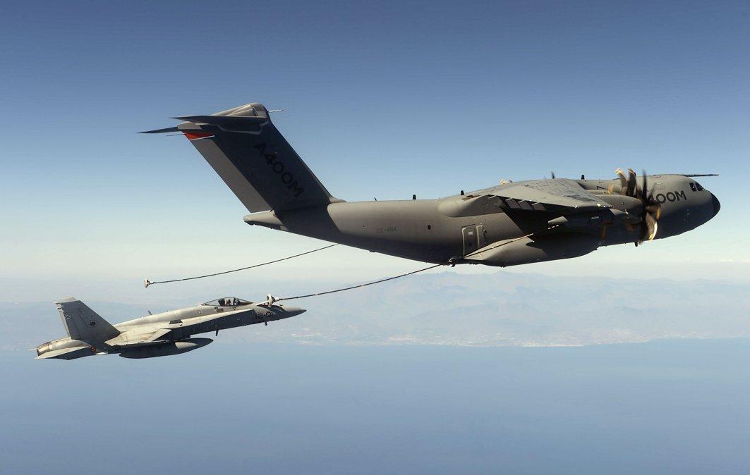 Многоцелевой транспортный самолет A400M Atlas проводит заправку истребителя Boeing F/A-18 Hornet ВВС Испании.