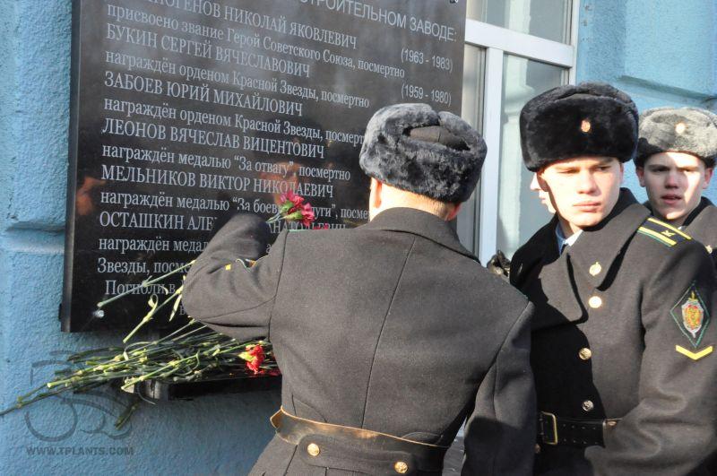 Курсанты пограничного института ФСБ России; возложение цветов к мемориальной доске.