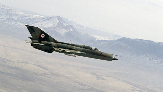 Афганские истребители советского производства МиГ-21 в воздухе в районе действия банд душманов в провинции Балх.