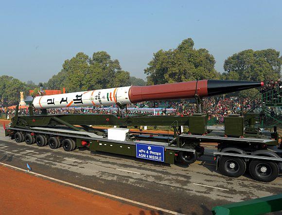 Индийская баллистическая ракета Agni-IV промежуточной дальности.