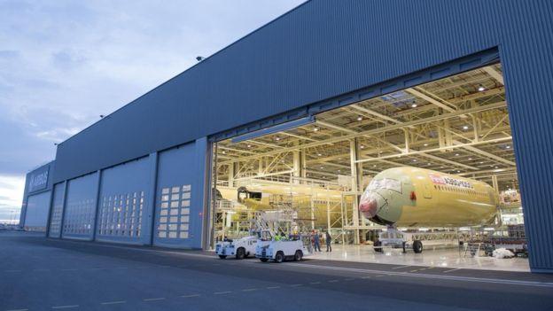 Один из производственных ангаров группы Airbus (c).