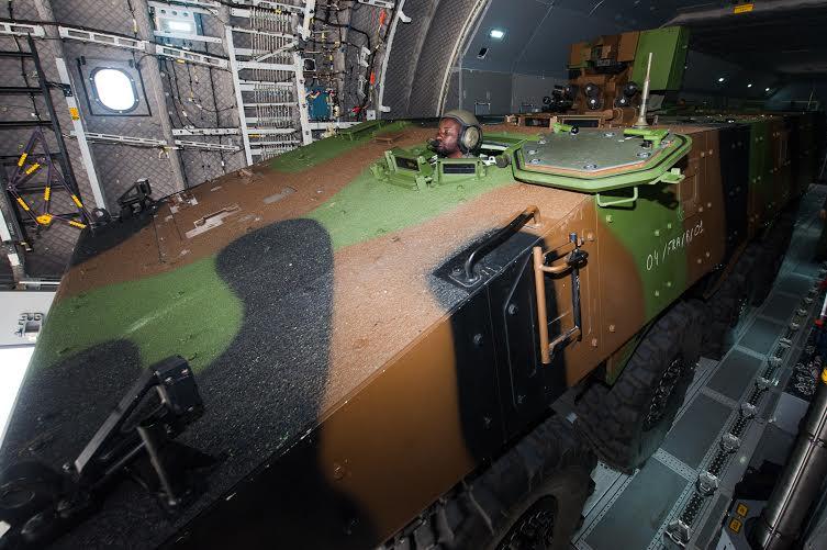Командно-штабная машина VPС в грузовом отсеке военно-транспортного самолета А400М в ходе испытаний, 05.04.2017 (с) ВВС Франции.