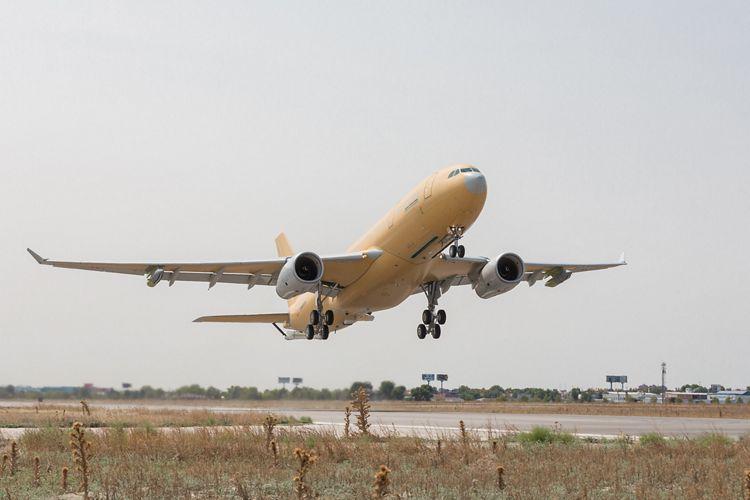Первый построенный для ВВС Франции самолет-заправщик Airbus A330 MRTT Phénix (серийный номер 1735, временная испанская регистрация ЕС-330, ранее имел французскую регистрацию F-WWCK) в первом полете после переоборудования. Самолет еще неокрашен. Хетафе (Мадрид), 07.09.2017.