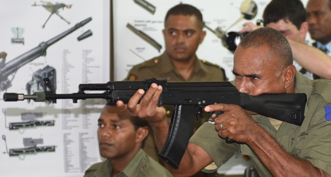 Капрал армии Фиджи Пита Сорби с 5,56-мм автоматом АК-101 из партии вооружения, переданного Россией. Набуа (Сува), 16.02.2016.