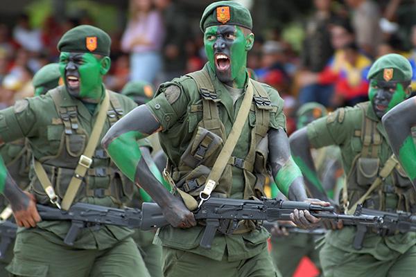 Венесуэльские солдаты с АК-103.