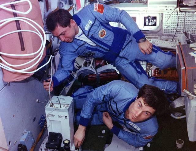"""Александр Волков (слева) с Сергеем Крикалевым на станции """"Мир"""", 1 января 1988 года"""