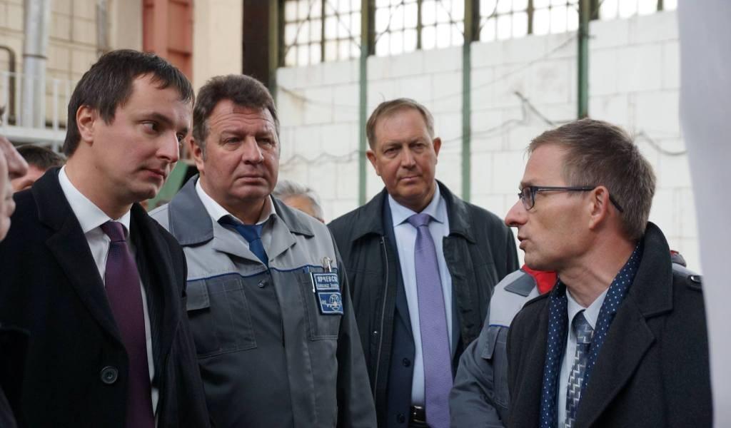Алексей Рогозин во время визита на ПАО «ВАСО».
