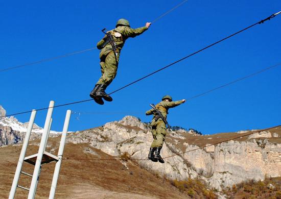 Разведчики российской военной базы в Армении осваивают азы альпинистской подготовки.