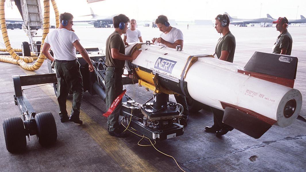 """Американская аэробаллистическая управляемая ракета класса """"воздух-земля"""" малого радиуса действияAGM-69 SRAM."""