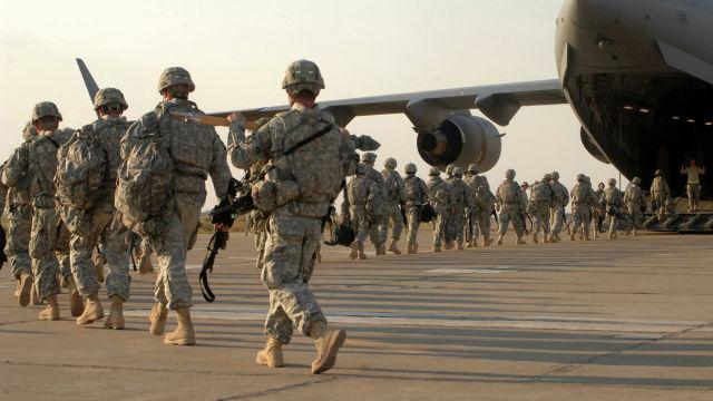 Американские военные во время посадки в самолет