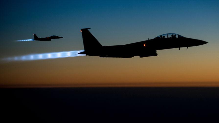 Американские истребители F-15E Eagle во время полета над Ираком.