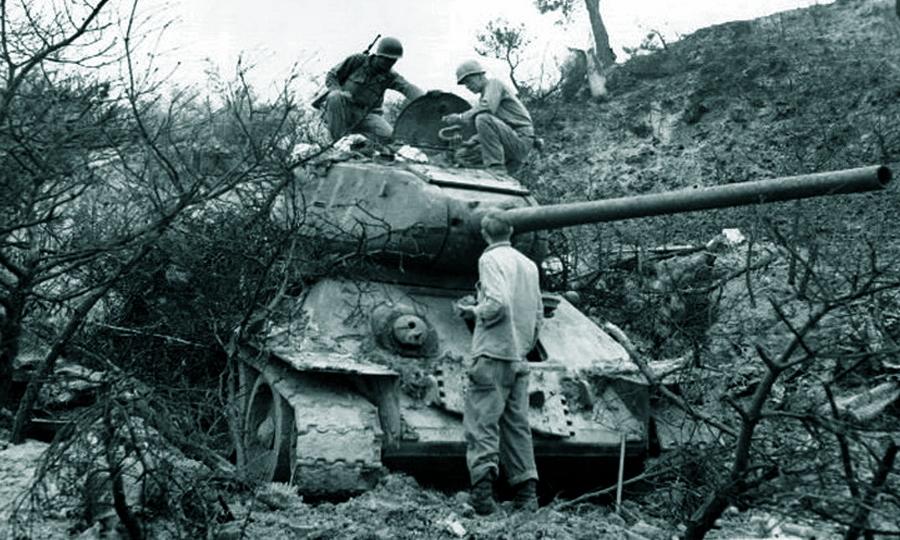 Немецкие солдаты и офицер рассматривают подбитый и сгоревший ... | 540x900