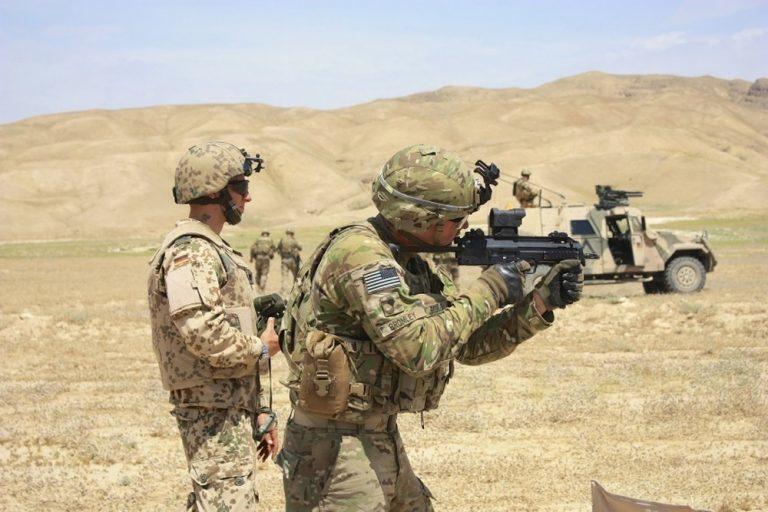 Американские солдаты стреляют из пистолета-пулемёта HK MP7 в рамках совместных учений с немецкими коллегами.