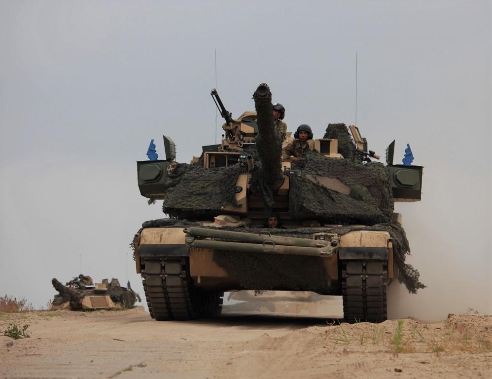 Оснащенные израильским комплексом активной защиты Rafael Trophy строевые американские танки M1A2 SEPv2 Abrams из состава 1-й бронетанковой бригады 1-й кавалерийской дивизии армии США в ходе учений НАТО Saber Strike 2018 на полигоне Дравско (Польша), июнь 2018 года.