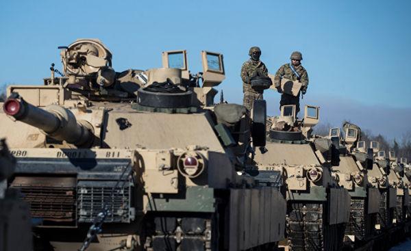 Американские военные готовят танки Абрамс к разгрузке на железнодорожной станции в Литве