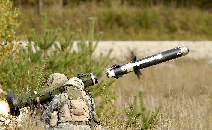 Американские военные производят выстрел из противотанкового ракетного комплекса (ПТРК) FGM-148 Javelin.