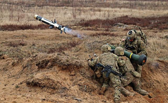"""Американские военные стреляют из противотанковой ракетницы """"Джавелин"""""""