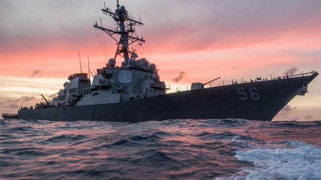 """Американский эсминец """"Джон С. Маккейн"""" в Южно-Китайском море"""