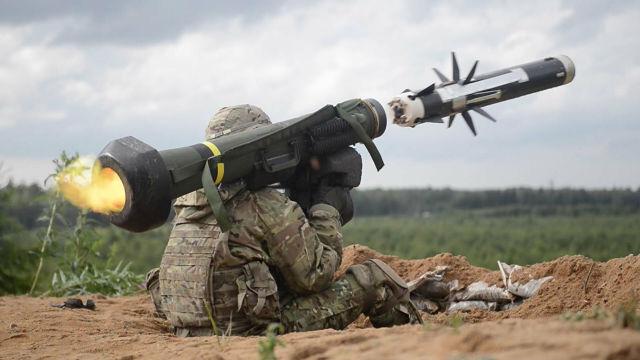 Американский военный производит выстрел из противотанкового ракетного комплекса (ПТРК) Javelin во время учений в Эстонии