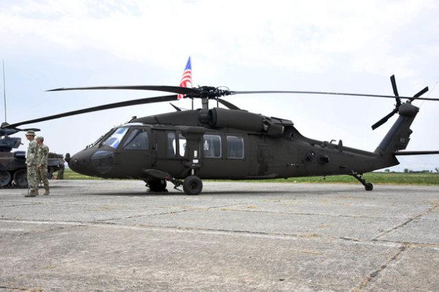 Американский военный вертолет Sikorsky UH-60 Black Hawk.