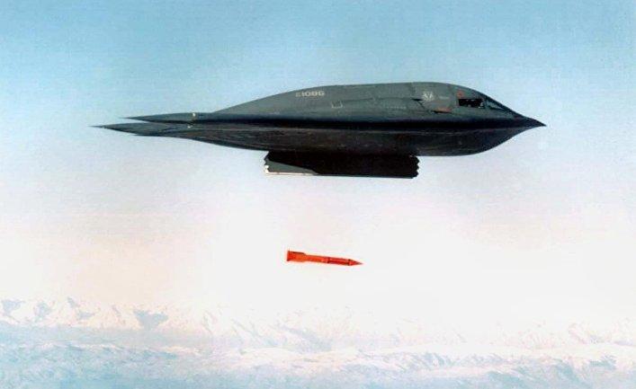 Американский бомбардировщик B-2 Spirit сбрасывает бомбу B61-11.