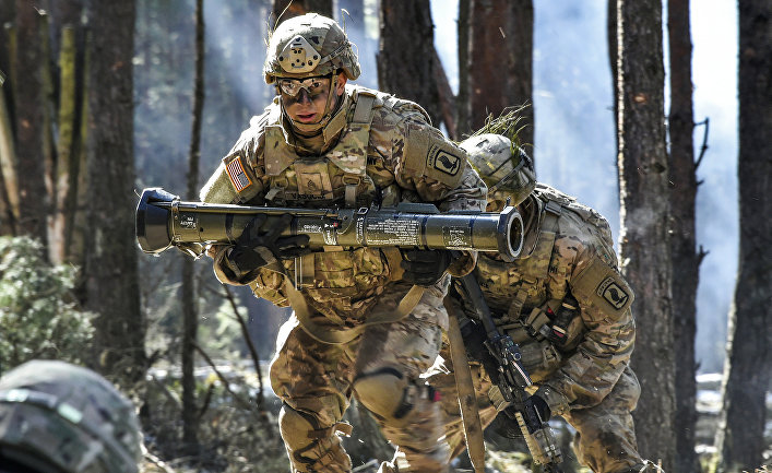 Американский десантник несет учебный гранатомет AT-4.