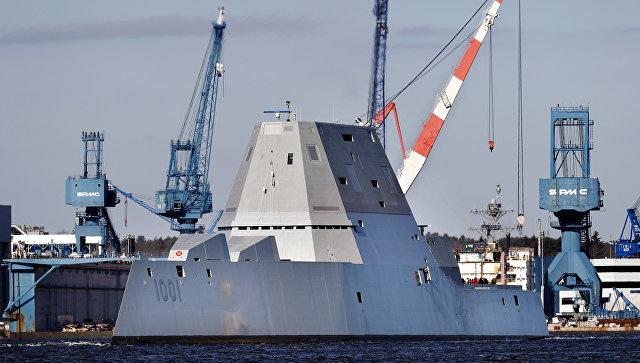 Американский эсминец USS Zumwalt, направляющийся в море для испытаний. 4 декабря 2017.