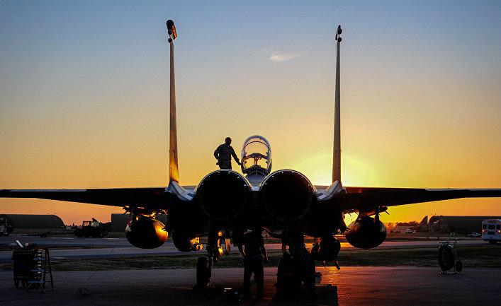 Американский истребитель F-15E Strike Eagle на авиабазе Инджирлик, Турция.