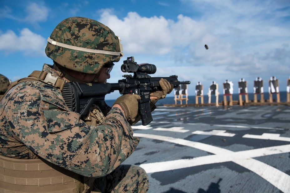 Американский морпех с винтовкой М27.