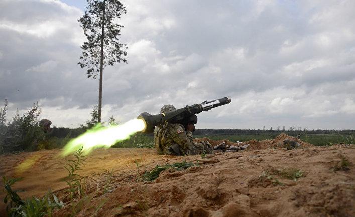 """Американский солдат стреляет из противотанковой ракетницы """"Джавелин""""."""