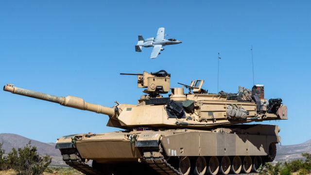 Американский танк М1А2 SEPv2 Abrams из состава 2-го батальона 116-го кавалерийского полка (116-я кавалерийская бригада - по штатам бронетанковая Armored Brigade Combat Team - АВСТ) Национальной гвардии штата Айдахо во время учений в Национальном учебном ц