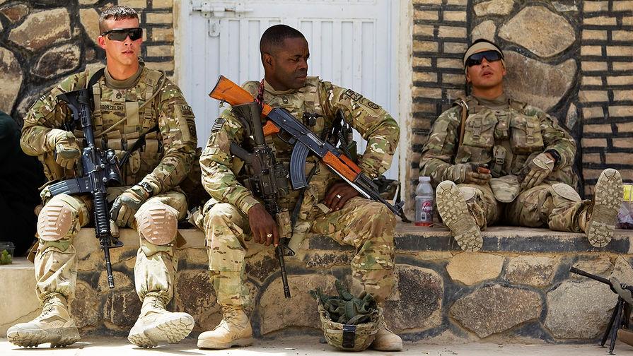 Американский военнослужащий с автоматом Калашникова в афганской провинции Кандагар, 2012 год.