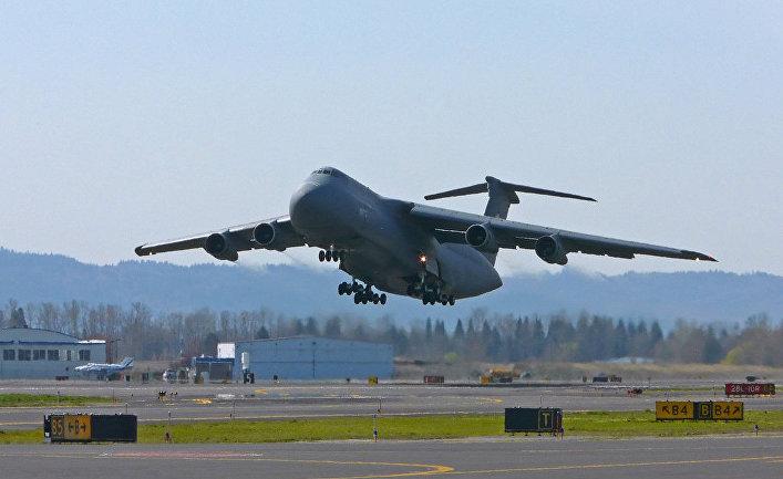 Американский военно-транспортный самолет C-5 Galaxy.