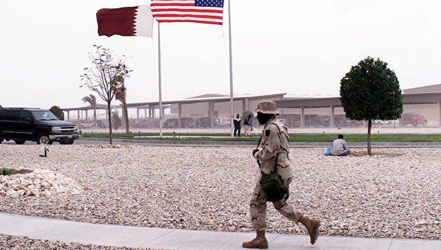 Американский военный на фоне флагов США и Катара. Архивное фото.