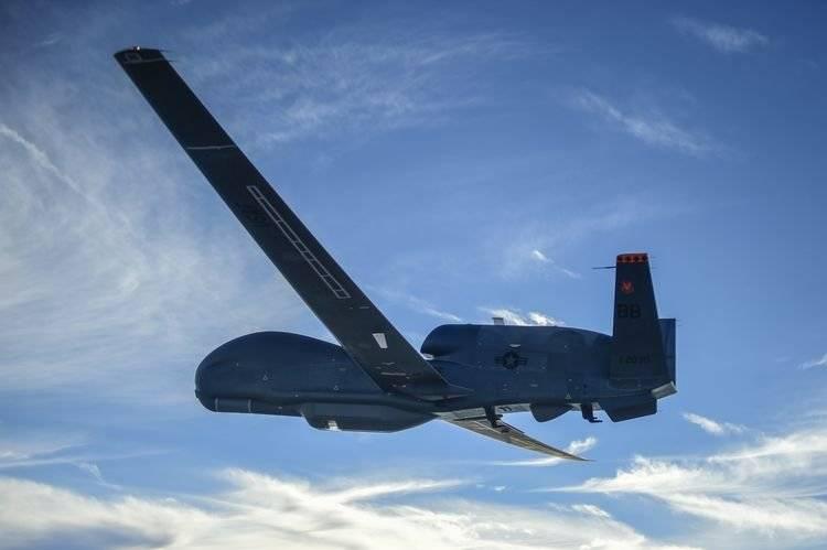 Стратегический беспилотный летательный аппарат ВВС США RQ-4B Global Hawk.
