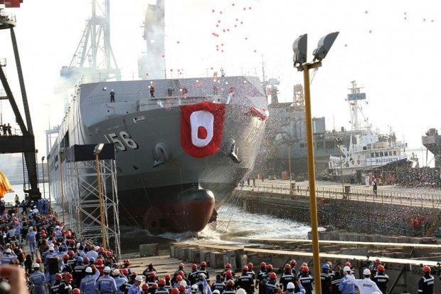 Спуск на воду на предприятии перуанского военно-морского судостроительно-судоремонтного объединения Servicio Industrial de la Marina de Guerra del Perú (SIMA) в Кальяо (SIMA Callao) головного строящегося для ВМС Перу десантного вертолетного корабля-дока АМР 156 Pisco. 25.04.2017.
