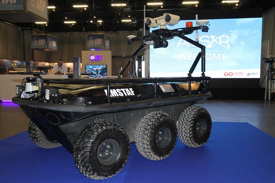 Сухопутное роботизированное средство AMSTAF 6 было показано на выставке израильской компанией Automotive Robotic Industry Ltd. Ранее данная разработка демонстрировалась совместно с компанией Rafael, которая, как сообщалось, также принимала участие в работах по созданию данной системы. Амфибийная платформа, предназначена для задач в области безопасности, сбора разведывательных данных, контроля правопорядка (в том числе во время массовых мероприятий), спасения, борьбы с пожарами и т.д. Аппарат на колесном шасси с формулой 6х6 (на выставке), а также в вариантах 4х4 и 8х8, имеет массу до 900 кг, при этом может перевозить до 850 кг полезного груза. Ришон ле-Цион (Израиль), 18.09.2017.