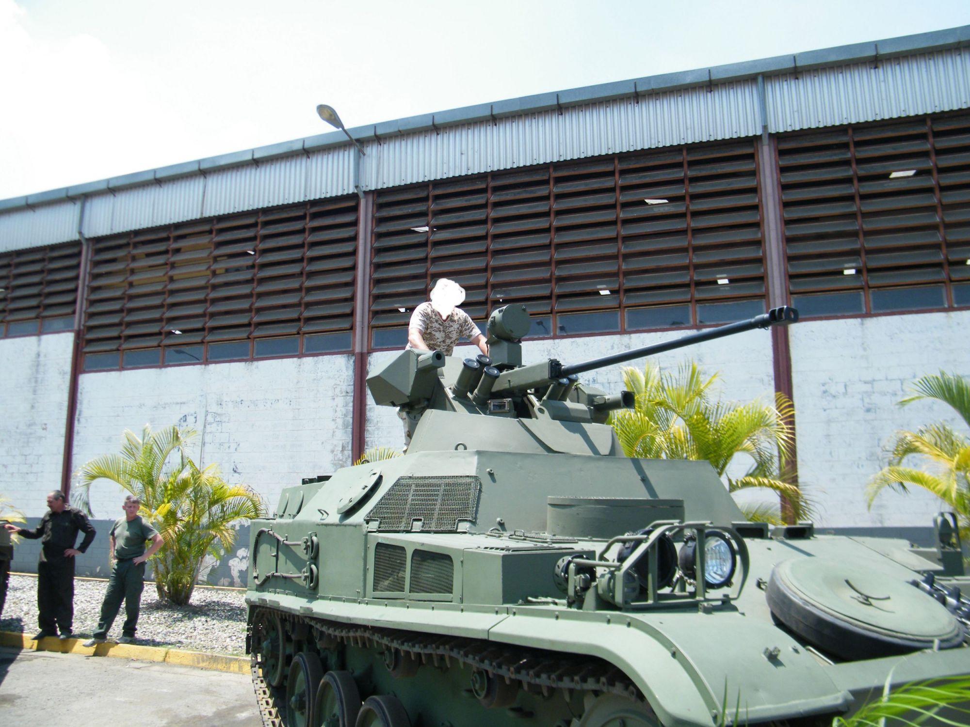 Прототип модернизированного бронетранспортера AMX VTT/VCI венесуэльской армии с установкой российского боевого модуля серии БППУ.