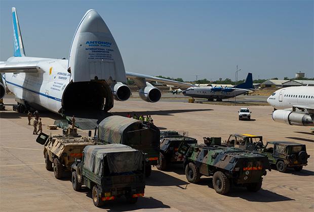 Разгрузка Ан-124 АК «Антонов» в аэропорту Нджамена, Чад.