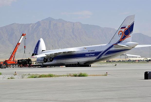 Разгрузка Ан-124 АК «Волга-Днепр» на авиабазе Баграм, Афганистан.