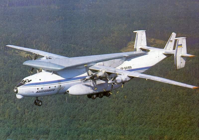 Транспортировка консоли крыла самолета Ан-124 на самолете Ан-22 из Ташкента в Киев