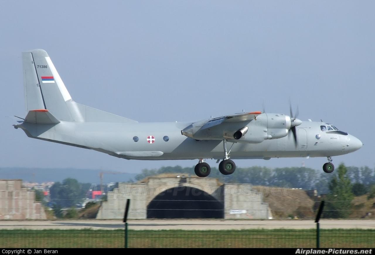 Военно-транспортный самолет Ан-26 (бортовой номер 71386) ВВС Сербии.