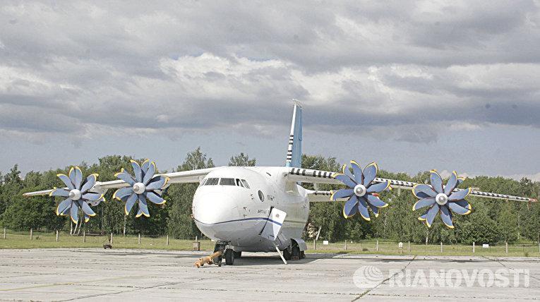 """Самолет АН-70 представлен на 5-ом Международном авиационно-космическом салоне """"Авиамир 21"""", проходящем на аэродроме в Гостомеле под Киевом."""